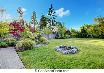 Gran patio verde con hermoso paisaje.