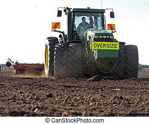 Gran tractor preparando suelo