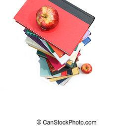 Grandes pilas de libros con manzanas en blanco