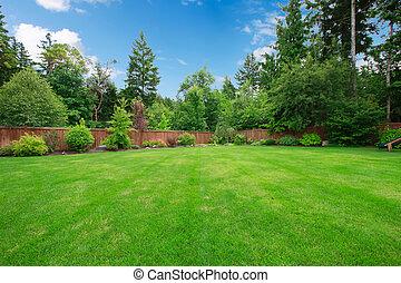 Grandes verdes jardines con árboles.