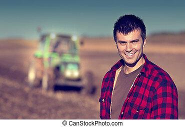 Granjero con tractor en el campo