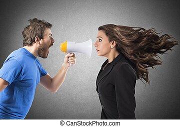 Gritando a una mujer