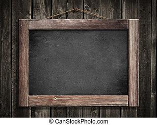 Grunge pequeña pizarra colgando en la pared de madera como fondo para tu mensaje