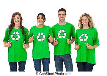 Grupo de activistas ecologistas señalando su camiseta