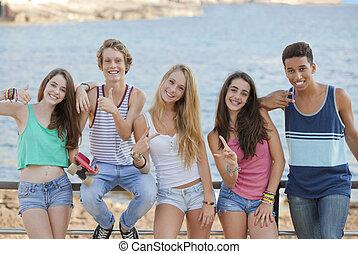 Grupo de adolescentes confiados