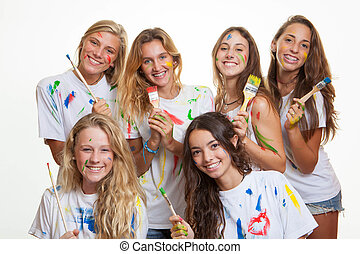 Grupo de adolescentes divirtiéndose con pintura