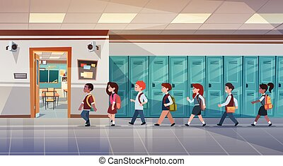 Grupo de alumnos caminando por el pasillo de la escuela a la sala de clases, mezclando escolares de raza