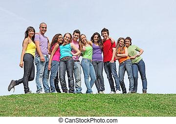 Grupo de diferentes adolescentes