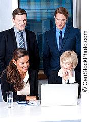 Grupo de ejecutivos de negocios en la oficina