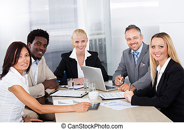 Grupo de empresarios discutiendo juntos