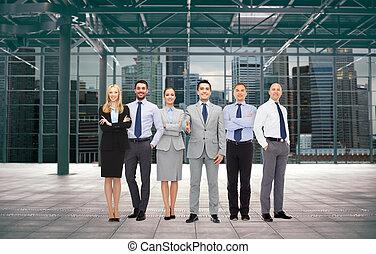 Grupo de empresarios sonrientes en la oficina