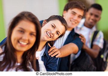 Grupo de estudiantes de secundaria juguetones