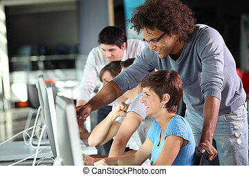 Grupo de estudiantes en entrenamiento de negocios