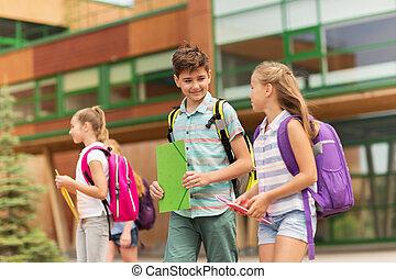Grupo de estudiantes felices de primaria caminando