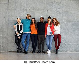 Grupo de estudiantes universitarios con estilo en el campus