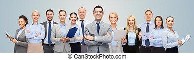 Grupo de felices empresarios sobre fondo azul