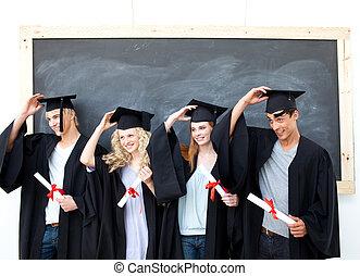 Grupo de gente celebrando después de la graduación