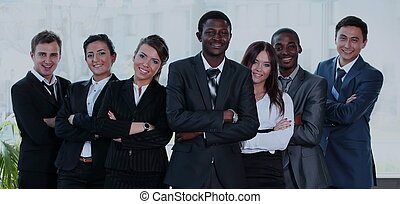 Grupo de gente de negocios multiracial sonriendo a la cámara.