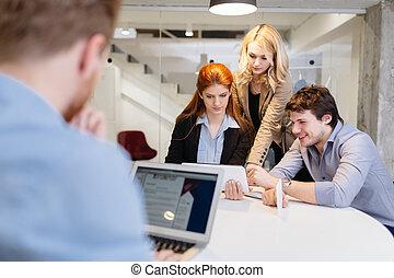 Grupo de gente de negocios trabajando en el cargo
