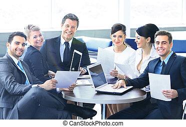 Grupo de gente feliz de negocios en una reunión en la oficina