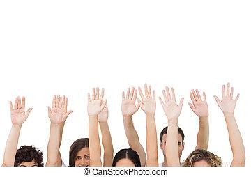 Grupo de gente levantando armas