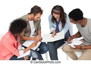 Grupo de jóvenes casuales en reunión