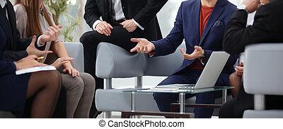 Grupo de jóvenes colegas en discusión en la oficina
