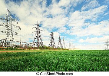 Grupo de líneas eléctricas en el fondo del cielo de verano