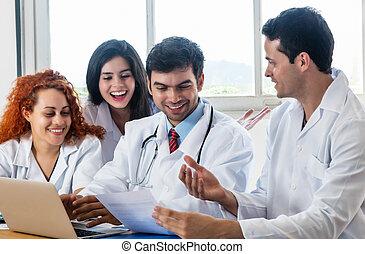 Grupo de médicos y enfermeras en discusión en el hospital