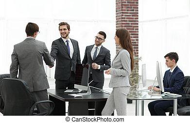 Grupo de negocios de cinco personas en la oficina planeando un trabajo