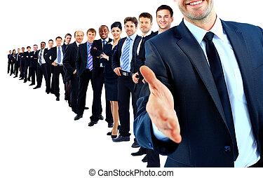 Grupo de negocios en fila. Líder con la mano abierta y listo para estrechar la mano