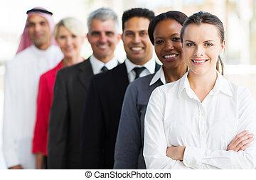 Grupo de negocios multiraciales parados en fila