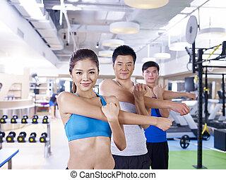 Grupo de personas en clase de aerobic
