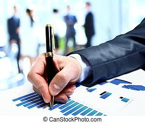 Grupo de trabajo de la gente de negocios durante el informe de conferencias sobre el diagrama financiero