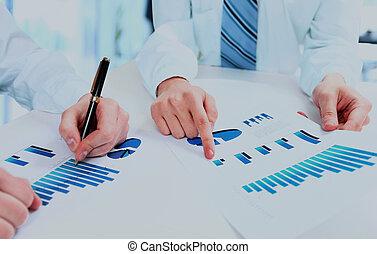 Grupo de trabajo de la gente de negocios durante el informe de conferencias sobre el diagrama financiero.