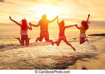 grupo, gente, joven, saltar, playa, feliz