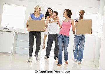 grupo, mover casa, nuevo, sonriente, amigos