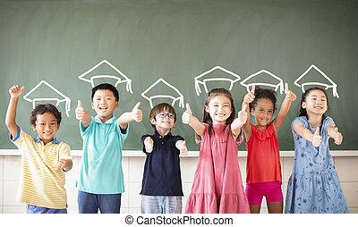 Grupo multiétnico de niños en clase