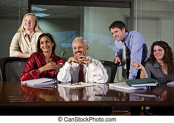 Grupo multiétnico de trabajadores de oficinas en la sala de juntas