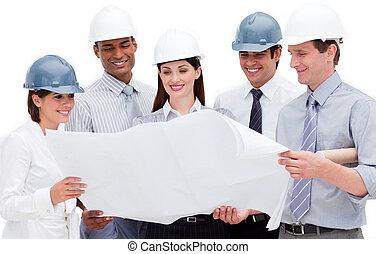 Grupos multiétnicos de arquitectos usando cascos duros