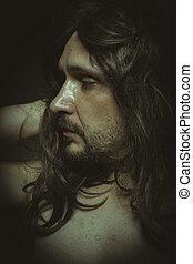 Guapo, cabello castaño largo, con sensualidad desnuda y bonita
