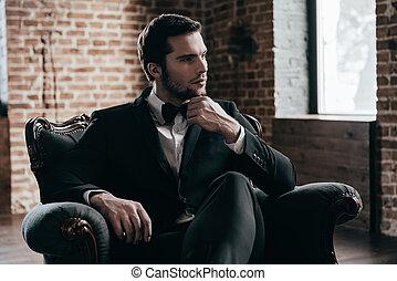 guapo, formalwear, joven, interior, blood., tenencia, el suyo, desván, barbilla, mientras, silla, pensativo, sentado, mano, hombre, realeza, lejos, corbata, mirar, arco