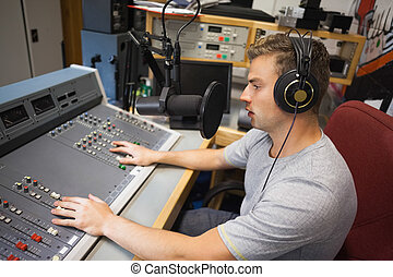 Guapo presentador de radio concentrado moderando