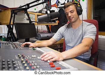 Guapo y feliz anfitrión de radio moderando