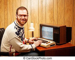 Guapo y nerd adulto usando un televisor antiguo
