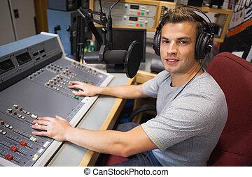 Guapo y sonriente anfitrión de radio moderando