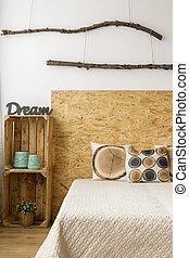 Habitación brillante con cama cómoda