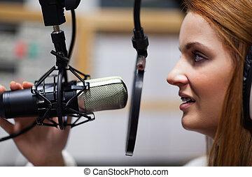 Habla el anfitrión de radio