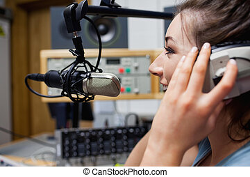 Habla el anfitrión de radio sonriente