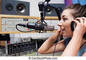 Habla el joven presentador de radio